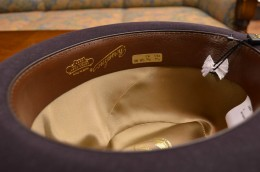 帽子内部は本格的なビン革スベリとサテン張り仕様